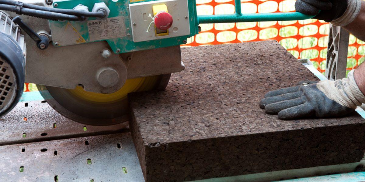 dettaglio della preparazione dei pannelli di sughero per la posa del cappotto termico isolante in sughero Corkpan a vista
