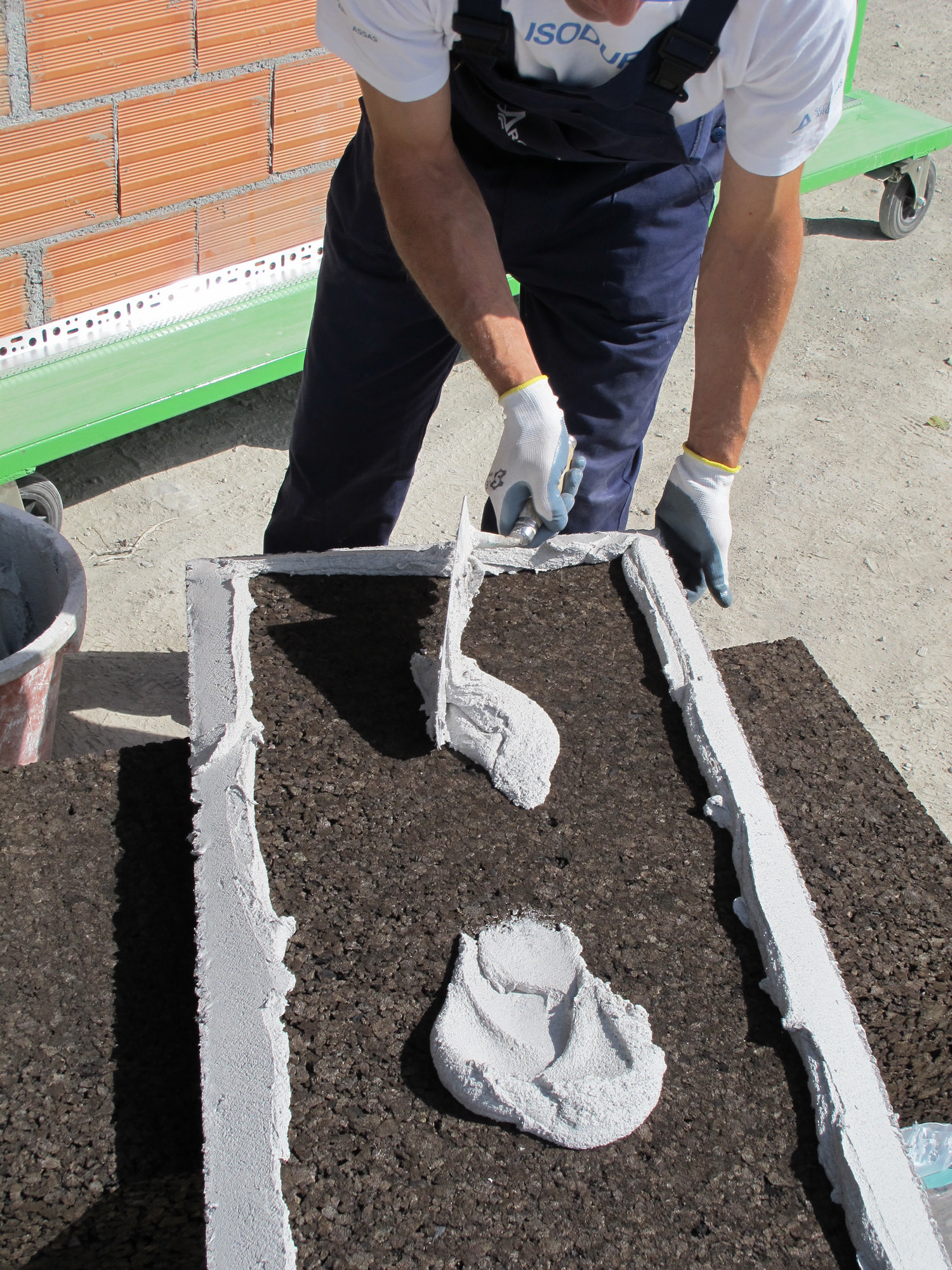 Applicazione della malta sul pannello di sughero Corkpan