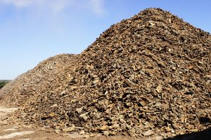 La falca viene lasciata stagioanre all'aperto prima di essere macinata e usata per la creazione di blocchi di sughero Corkpan