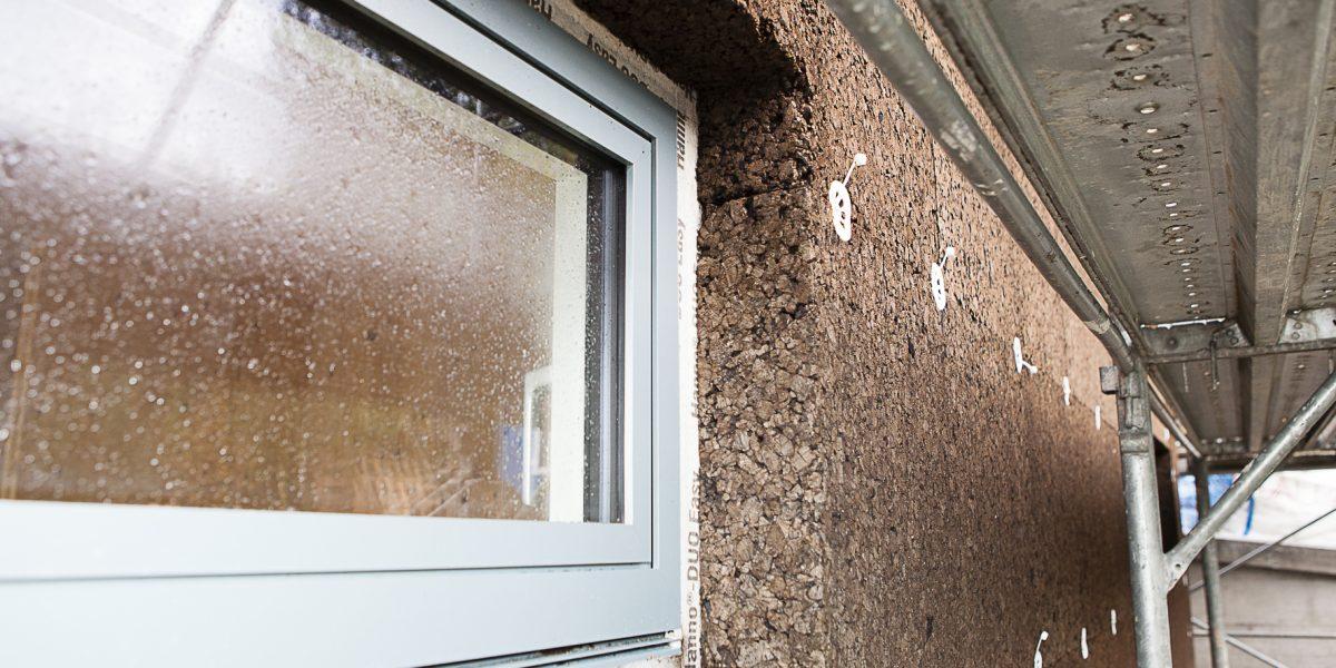 Un dettaglio della posa del primo strato di sughero CORKPAN su struttura in legno XLAM nella villa progettata dalll