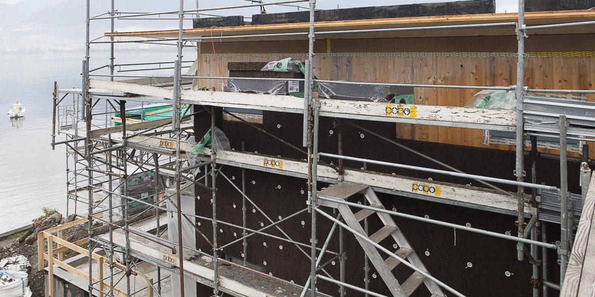 Un dettaglio della posa del primo strato di sughero CORKPAN su struttura in legno XLAM nella villa di Vira Gambarogno