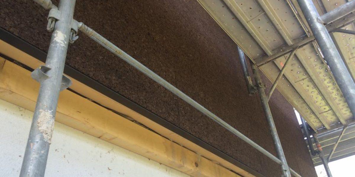 Un dettaglio della posa del cappotto faccia a vista su struttura in legno a telaio BLM Domus