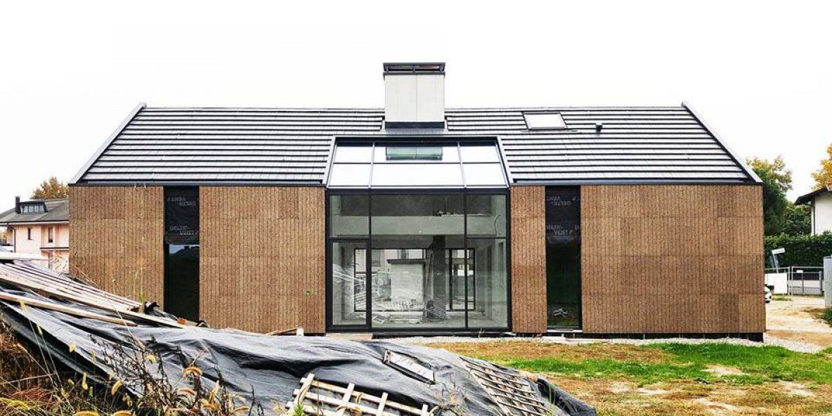 La villa di Magnago progettata dall'Arch. Luca Compri e realizzata in legno, paglia e sughero a vista.