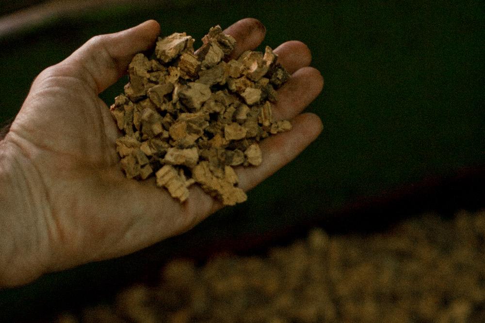 Prima di essere inserita nelle blocchiere, la corteccia di sughero viene triturata e ridotta a granuli