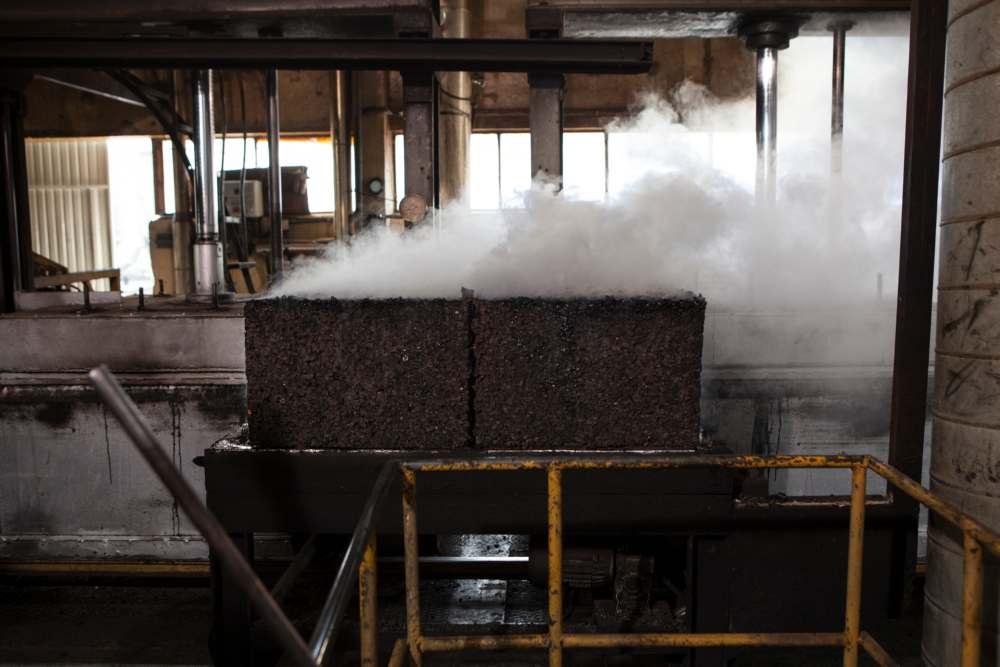 Durante il processo termico si ha la produzione del sughero espanso per agglomerazione naturale