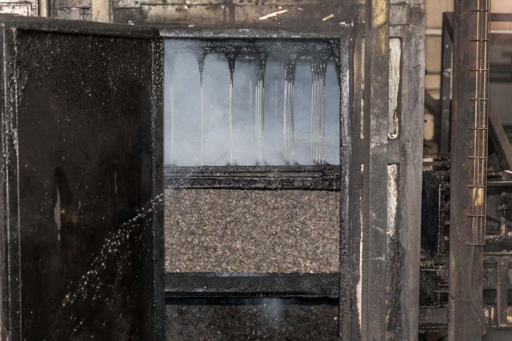 Il raffreddamento dei blocchi di sughero dopo l'espansione è fondamentale per evitarne la carbonizzazione